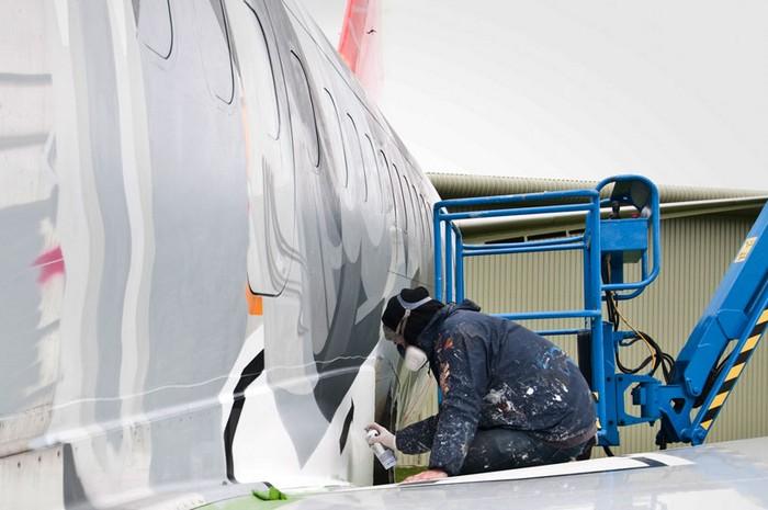 Icarus_13 – рисунок в стиле граффити на самолете Boeing 737 от Sat One и Roids