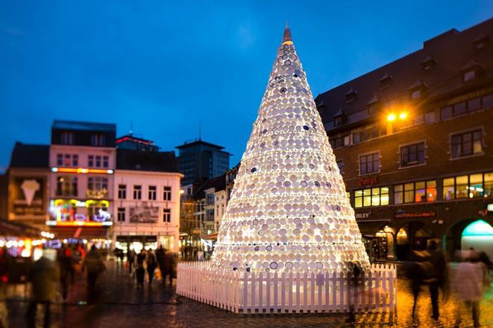 Рождественская елка из керамики в бельгийском городе Хассельт