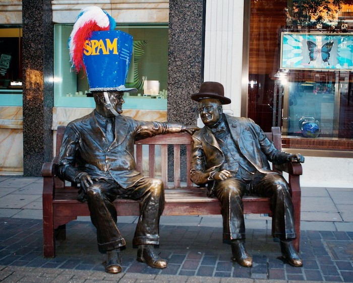 Hatwalk — лондонский памятники, одетые в шляпы