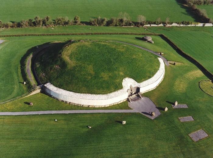 Мегалитическая гробница Ньюгрейндж, крупнейшая в Ирландии