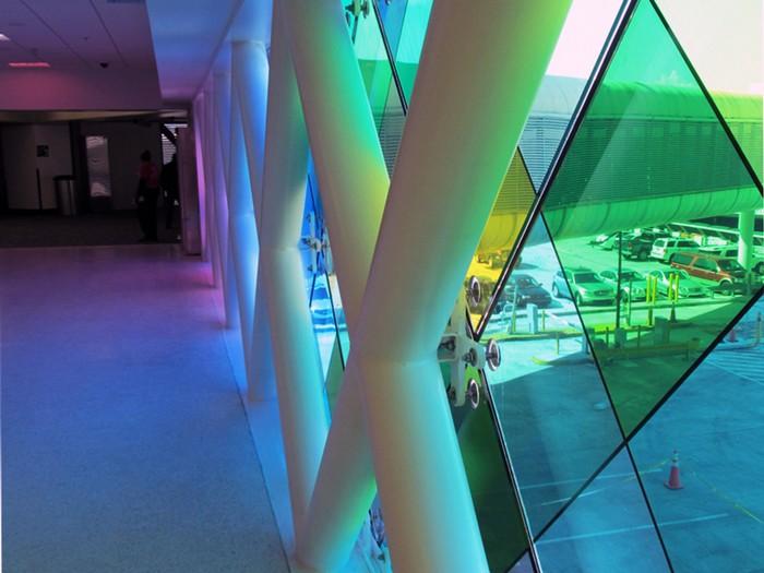 Разноцветный аэропорт Майами. Инсталляция от Кристофера Дженни (Christopher Janney)