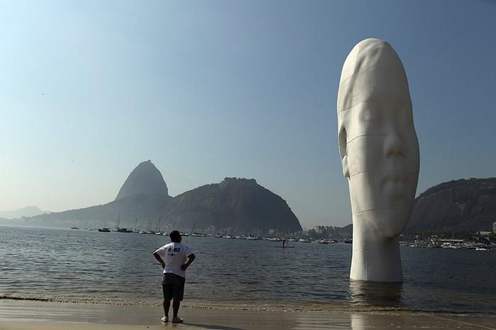 Awilda — скульптура Жауме Пленсы (Jaume Plensa) на пляже Ботафого в Рио де Жанейро