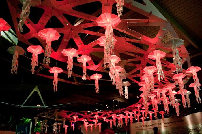 Jelly Swarm – интерактивные медузы-оригами