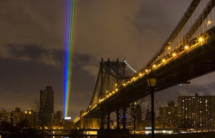 Global rainbow, after the storm — 56-километровая лазерная инсталляция в Нью-Йорке
