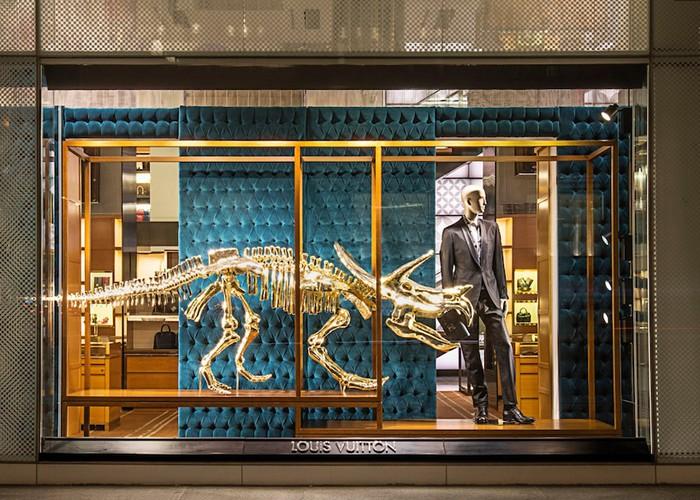Золотые динозавры на витринах магазинов Louis Vuitton