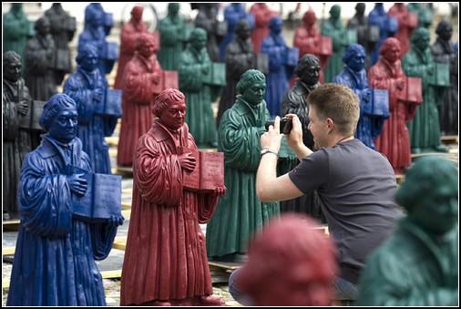 800 пластиковых Лютеров по площади Виттенберга