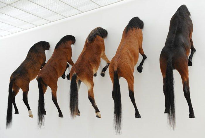 Kaputt  – мертвые лошади Маурицио Каттелана (Maurizio Cattelan)
