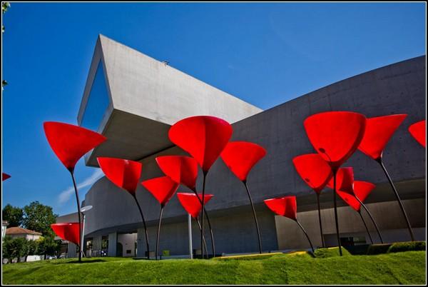 MAXXI – архитектурная инсталляция на месте обычных фонарей