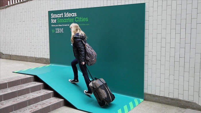 Умный город – умная реклама. Полезные бигборды от IBM
