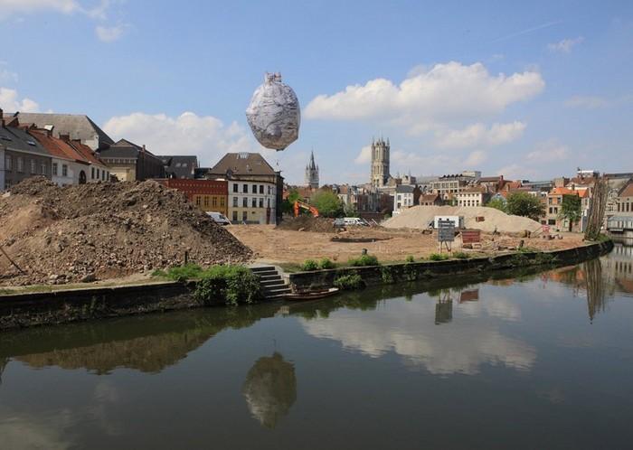 Инсталляция Castle of Vooruit от Ахмета Ёгюта (Ahmet Ogut) в Генте