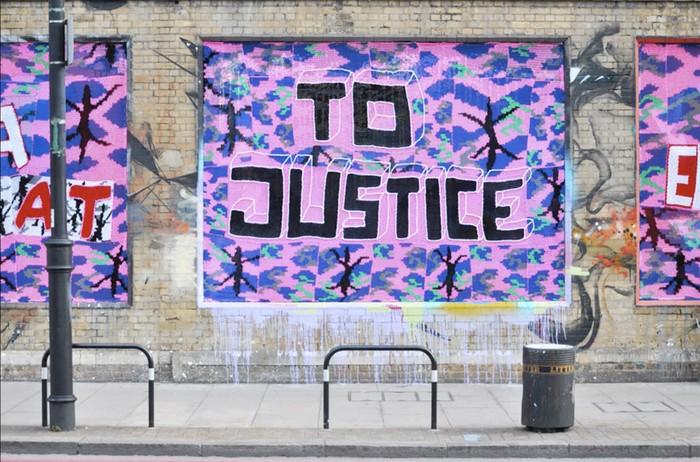 Injustice — вязанные граффити против рабства от Агаты Олек (Agata Olek)