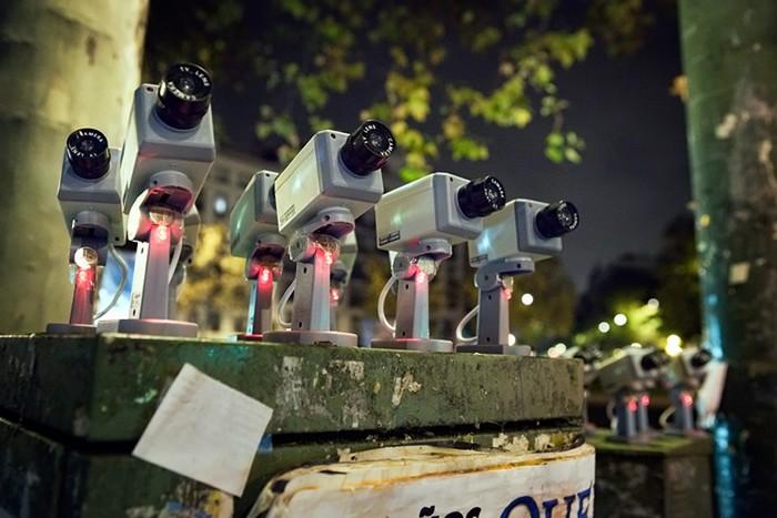Politicians Under Surveillance - политики под наблюдением в новой инсталляции Luzinterruptus