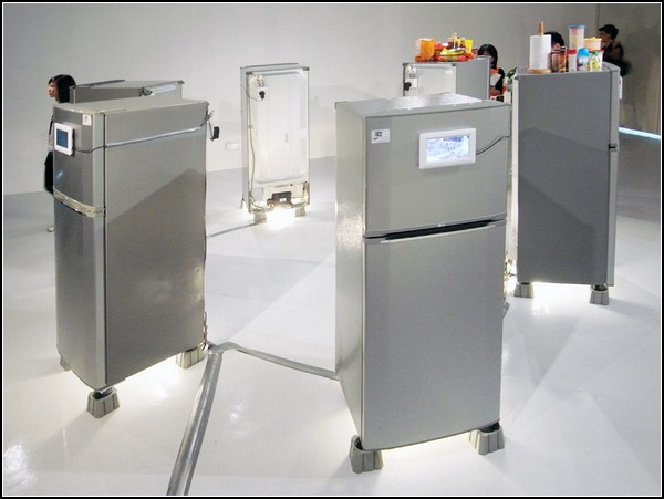 Холодильник как зеркало семьи. Инсталляция от Ise