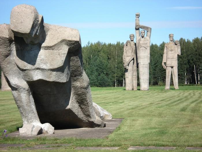 Скульптуры Несломленный и Rot Front