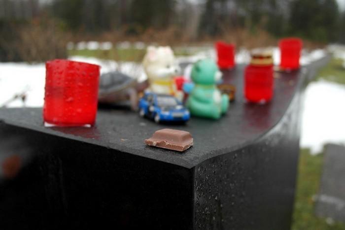 Игрушки и шоколад на месте детского барака в Саласпилсе