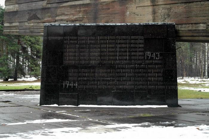 Каждая засечка на этом камне - один день существования концлагеря Саласпилс