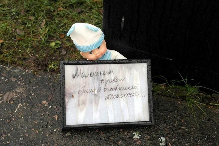 Принесенная посетителями игрушка возле детского барака