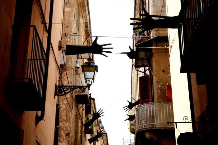 Война и мир в уличной инсталляции Segni от Мейнеро Эмануэля (Meinero Emanuele)