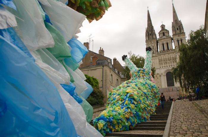 Slow Slugs – гигантские мусорные улитки. Новая работа от Флорентина Хофмана (Florentijn Hofman)