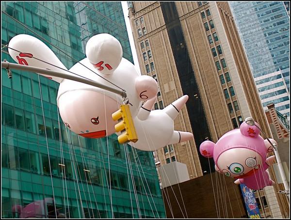 Воздушные фигуры Kaikai и Kiki от Такаши Мураками (Takashi Murakami)