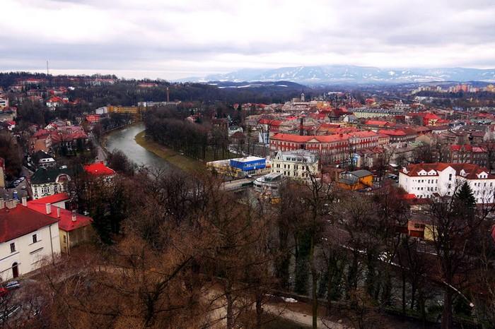 Вид сверху на город и границу. Слева - Польша, справа - Чехия