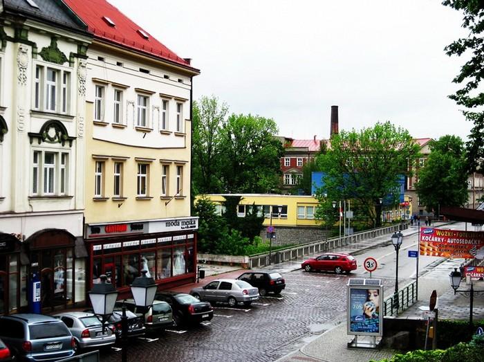 На границе. Здание на переднем плане - Польша, на заднем - Чехия