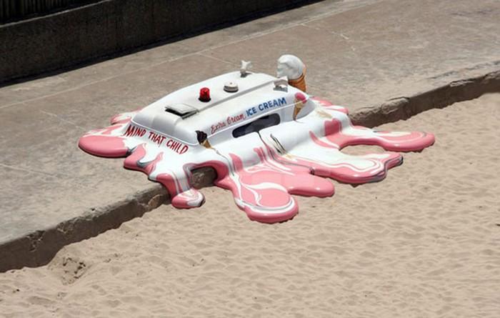 Hot with the chance of a late storm – необычная инсталляция от The Glue Society на пляже в Сиднее