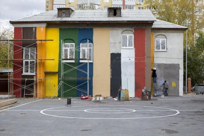 Книжные граффити на школьном дворе в Тюмени от арт-группы «Цвет города»