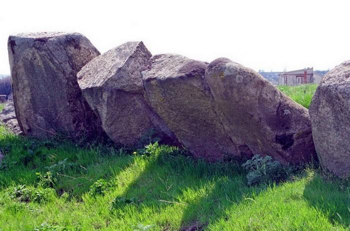Некоторые камни кромлеха в Мировом значительно превышают высоту человеческого роста