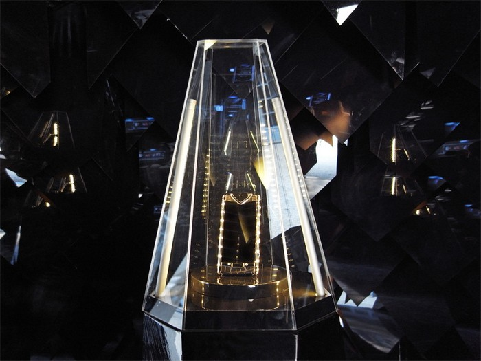Инсталляция-метеор в честь Vertu Constellation T
