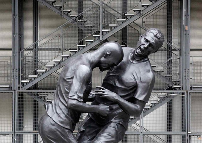 Зидан и Матерацци в скульптуре от Адела Абдессмеда (Adel Abdessemed)