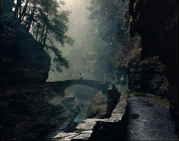 Создается ощущение, что этот человек на мосту остался один на всем свете