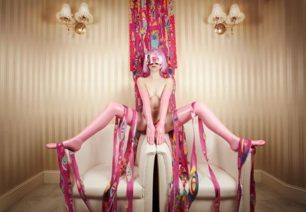 Каждый персонаж перформанса  олицетворяет красоту чего-либо, например, красоту розового цвета.