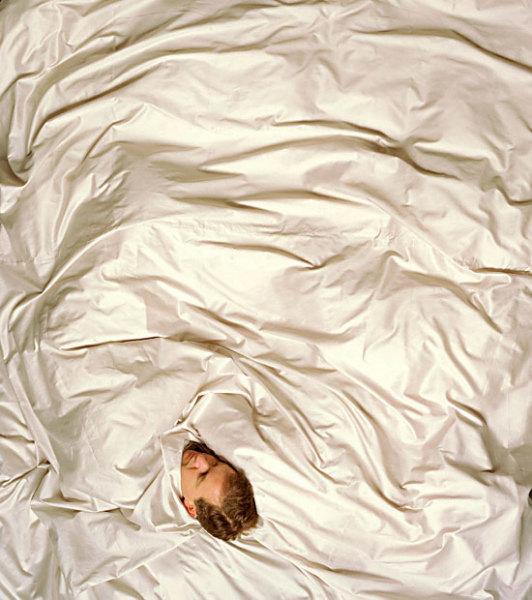 Спящие люди представлены сразу в нескольких проектах Марии Фриьерг