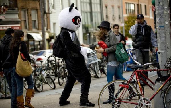 Что может быть лушче для снятия стресса, чем ударить огромную панду?