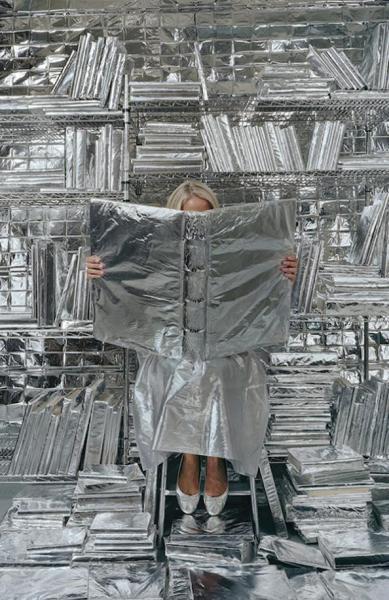 Rachel Perry Welty: много фольги и огромная книга