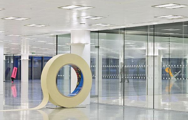 Гигантскими объектами через офисное пространство
