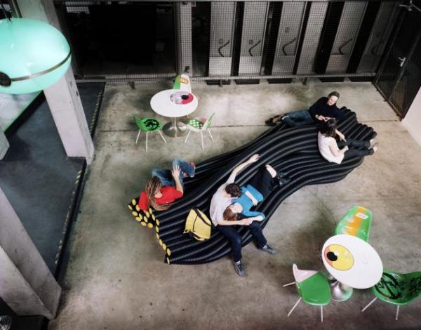 Инсталляции из пластиковых труб от  Sebastien Wierinck: интерьеры и мебель будущего
