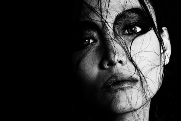 Очень эмоциональные женщины на фотографиях Tom Hoops