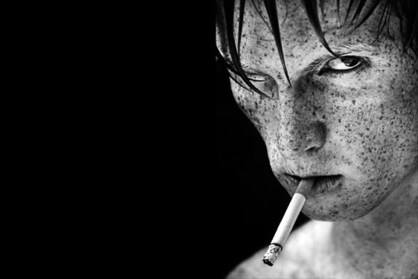Многие герои фотографий Tom Hoops смотрят на зрителя с вызовом