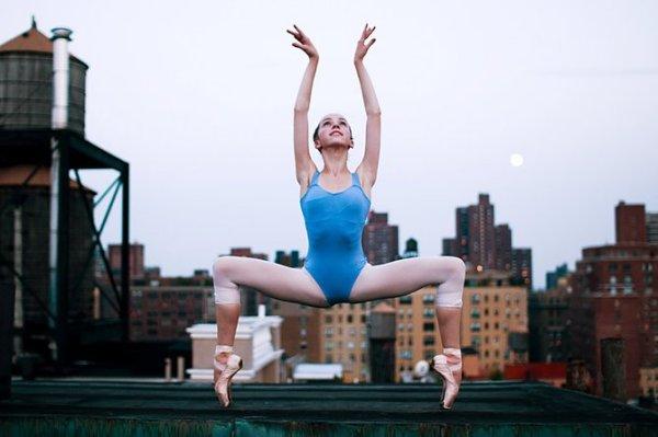 Балерина в центре города