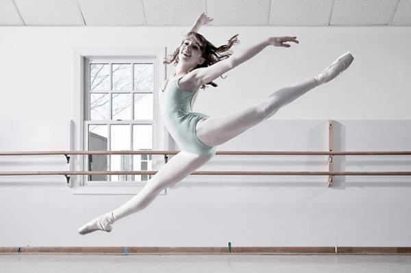 Веселая балерина в классе