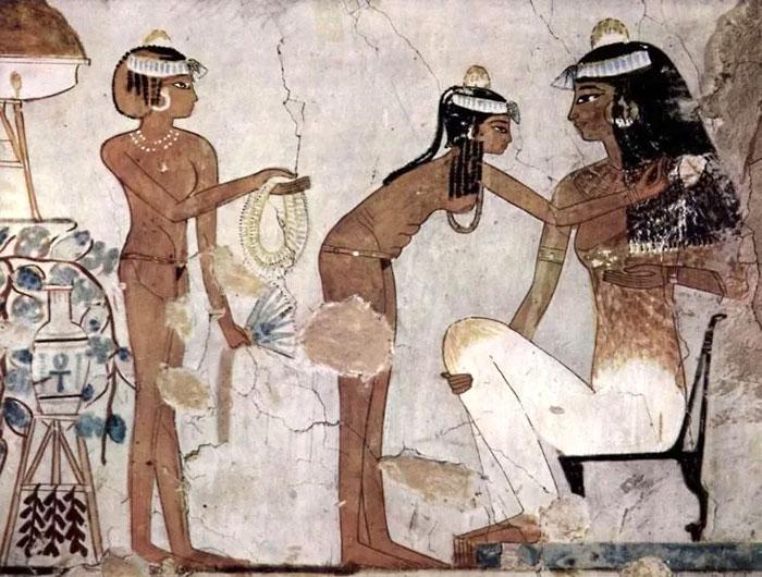 На древнеегипетских фресках все люди изображались с абсолютно гладкой кожей.