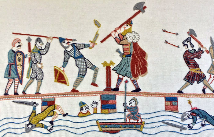 Английский воин проплвл под мостом и поразил копьем викинга-берсерка в незащищенное доспехами место.
