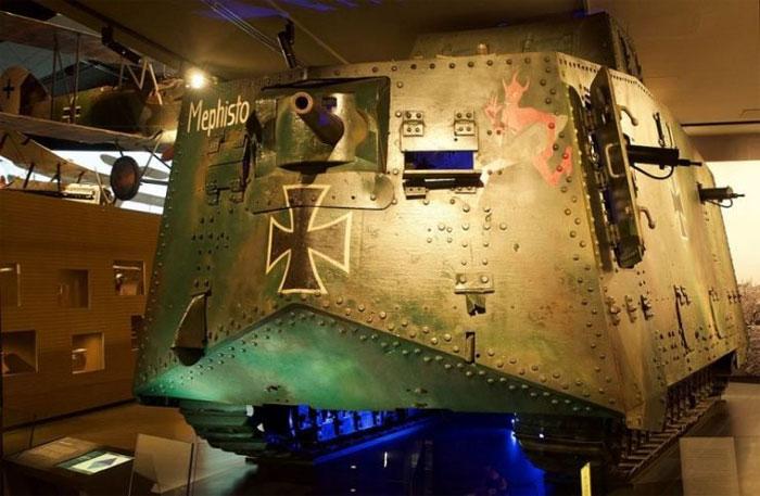 Передняя броня и основное орудие танка A7V Mephisto.
