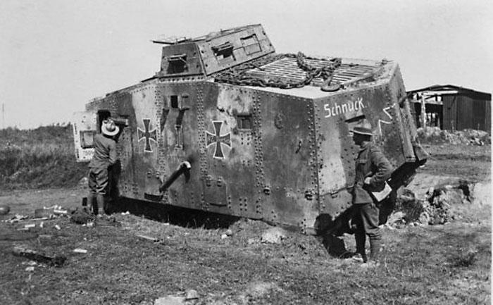 Новозеландские солдаты рассматривают немецкий танк по прозвищу «Шнук», захваченный на Западном фронте. Фотография сделана 8 сентября 1918 года Генри Армитедж Сандерсом.