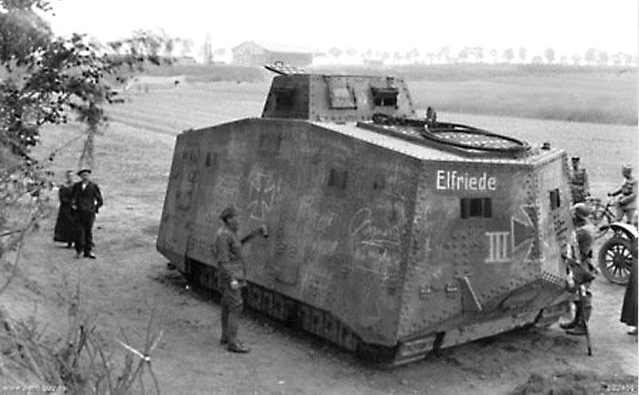 Танк A7V «Эльфрид III» захваченный во французском Сале. Впервые такие боевые машины были применены в Виллер-Бретонне 24 апреля 1918 года