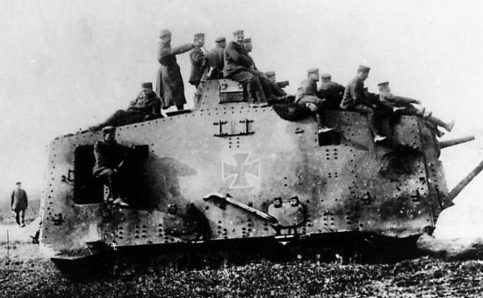 Танк A7V с солдатами на броне.