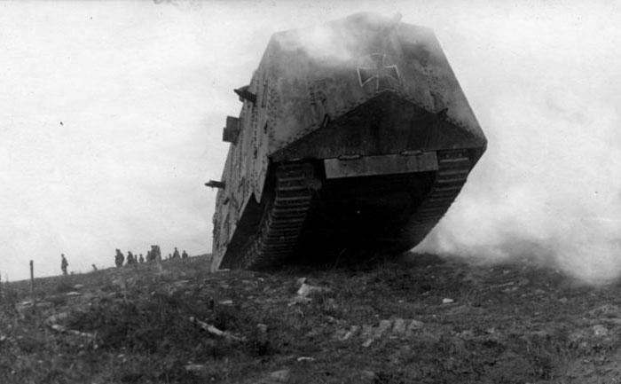 Движение танка A7V по пересеченной местности.