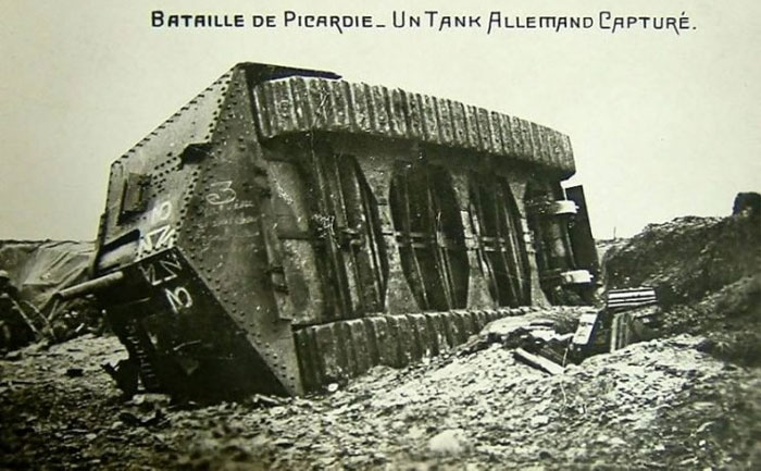 Немецкий танк A7V Â«Ðльфрид», заÑваченный французскими войсками в Виллер-Бретонне, 24 апреля 1918 года. Французская открытка 1918 года.